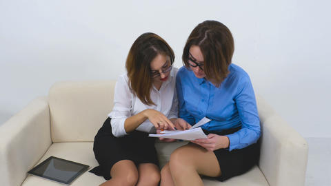 Businesswoman explain to her client agreement conditions Live Action