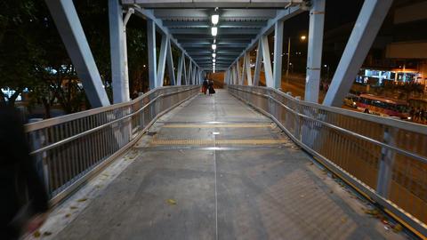 Walking down long ramp, pedestrian overpass, night outdoors aside Live影片