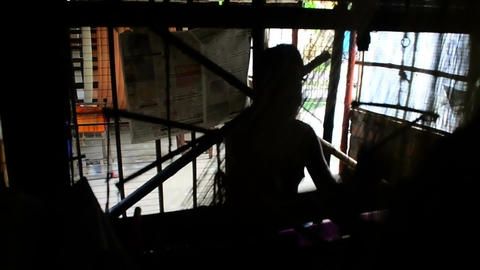 Silhouette of an weaver weaving tant saree in India 画像