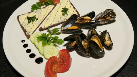 11843 gourmet mussels rotating Live Action
