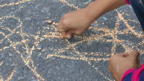 The child drawing a chalk on asphalt Filmmaterial