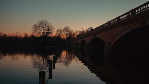 Sunset scenic view of a stone bridge and the Serpentine in Hyde Park, London, En Footage