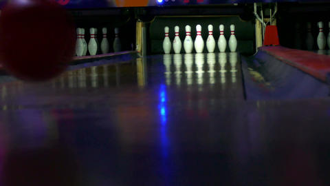 Bowling down a few pins 圖片