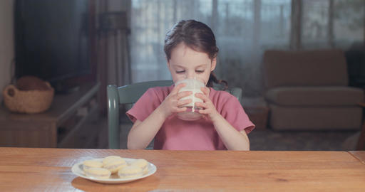 young girl drinking a glass of milk ビデオ