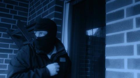 11855 burglar opens the door with a crowbar 4k Footage