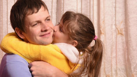 The five-year daughter hugged and kissed the pope Footage