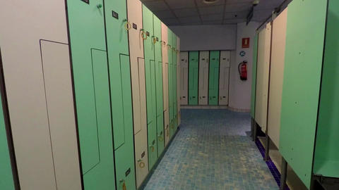Creepy Empty Locker Room Pan Filmmaterial
