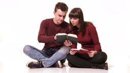 Teenagers studying together Filmmaterial