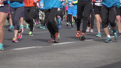 Three videos of marathon runners in real slow motion ビデオ