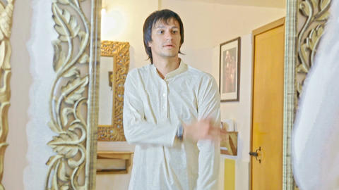 Groom Tries on Traditional Indian Dress before Mirror Filmmaterial