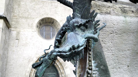 Halle Marktplatz Dragon Statue Fountain Handheld Live Action