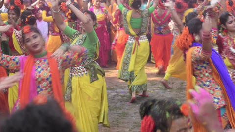 Young girls dancing at Holi / spring festival Filmmaterial