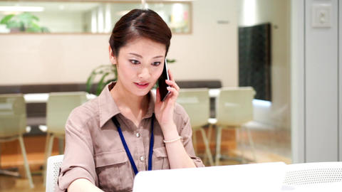 Company employee who works with a serious look (women · phone) / pan ビデオ