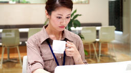 Women who drink coffee (work / desk work) / zoom out ビデオ