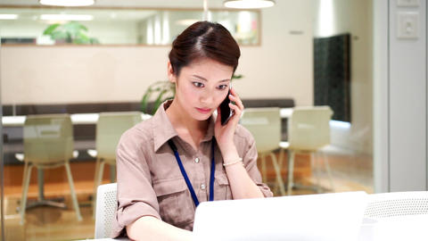 Company employee who works with a serious look (women · phone) ライブ動画