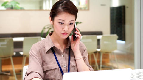 Company employee who works with a serious look (women · phone) / zoom out ライブ動画