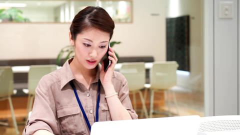 Company employee who works with a serious look (women · phone) / pan ライブ動画