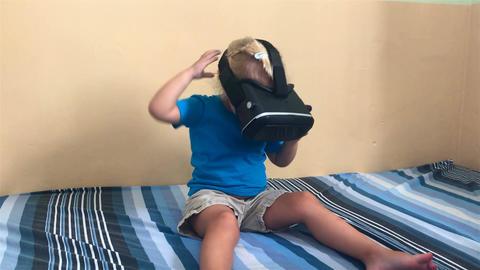 Child watches VR video Archivo