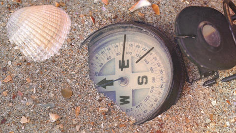 Compass on the beach Filmmaterial