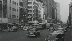 USA 1950s: Big City Street with Traffic and Public Transit Filmmaterial