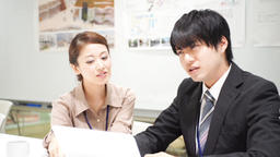 Men and women who work (collaborative work / colleagues / new recruits) zoom out ライブ動画