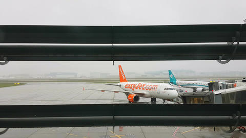 EasyJet Airplane At The Airport Filmmaterial