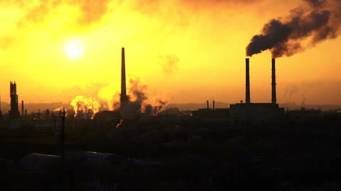 Timelapse video of oil refinery and air pollution at sunset Filmmaterial