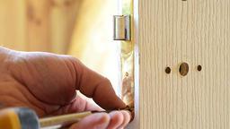 Mounting a door lock Filmmaterial