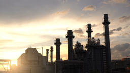 Column tower in petrochemical plant at twilight Filmmaterial