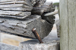 Delapidated fence rusty nail rotten wood copyspace Foto