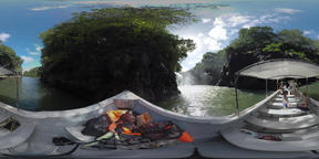 360 VR Tourists traveling by boat to see waterfall in Mauritius ビデオ