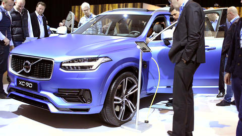 Volvo XC90 plug-in hybrid mid-size luxury crossover SUV Live Action