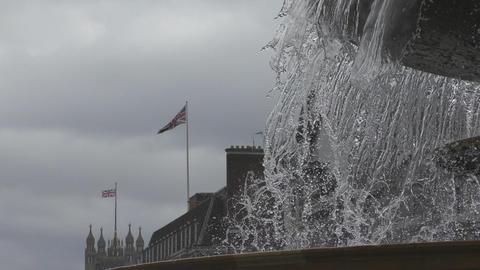 Spray of the fountain and the flag of Britain ビデオ