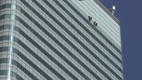 London. Window washers on the wall of a skyscraper Filmmaterial