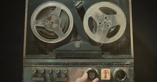 Vintage tape recorder with wheels spinning ビデオ