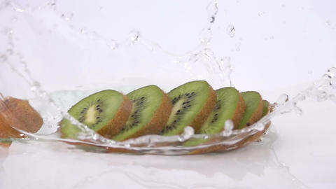 A Several Slices of Kiwi are Falling on the Table ビデオ