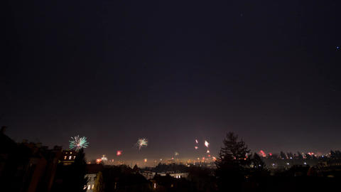 Timelapse of New Year's Eve fireworks and stars moving in night sky over Vienna, Archivo