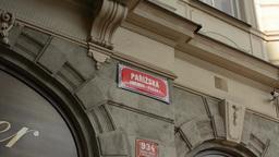 PRAGUE, CZECH REPUBLIC - SEPTEMBER 2013: Parisian Street: Sing ビデオ
