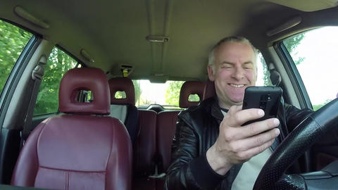Car Driver Using Smartphone For Email Internet And Driving Car Filmmaterial