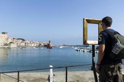 view through picture frame statue Collioure, showing view famous painter painted Fotografía