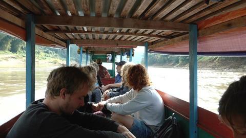 Tourists get into the boat Acción en vivo