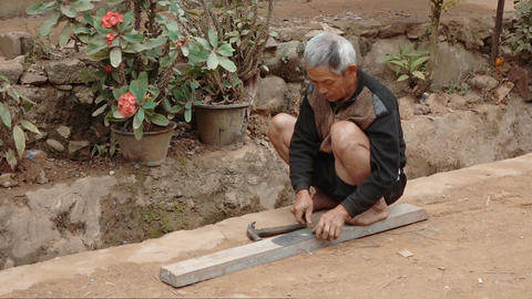 The old man fixxing the blade with a hammer Acción en vivo
