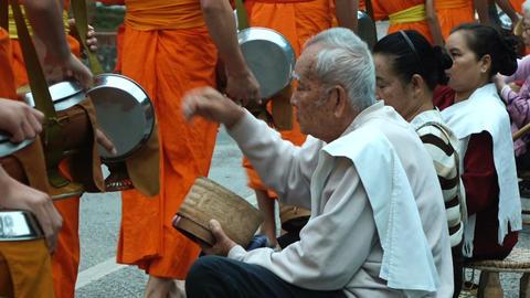 Giving alms to monks in Luang Prabang Acción en vivo