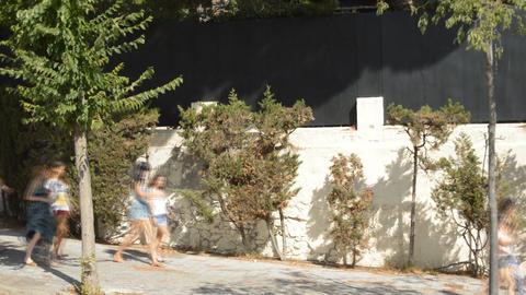 Girls Walking Downhill Fast Filmmaterial
