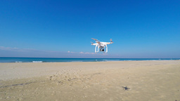 White remote controlled drone equipped with high resolution video camera hoverin ビデオ