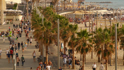 Beach promenade sidewalk, Lots of people walking at day time. Long shot Filmmaterial