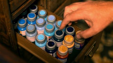 Cartoonist Chooses Ink Color ビデオ