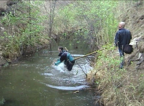 Sportsman overcomes water ditch with falling Footage