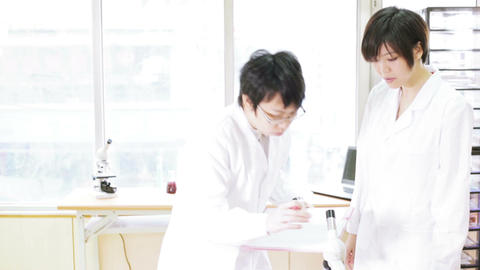 Female scientist and supervisor check results Live影片