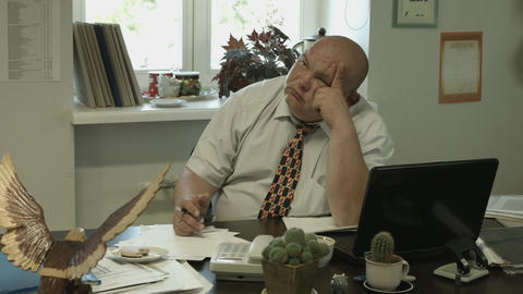 4K Ungraded: Bored Fat Bald Office Worker Reluctantly Pays Attention to The Footage
